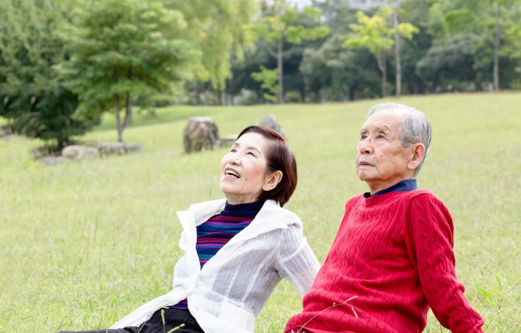 生前整理を終えて空を見上げる老夫婦
